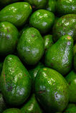 Stapel van avocado's bij de Landbouwers` s markt stock afbeeldingen