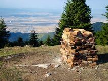 Stapel van Bakstenen op Bergbovenkant Stock Afbeeldingen