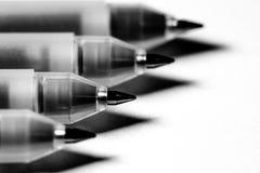Stapel van ballpoint vier in zwart-wit stock foto
