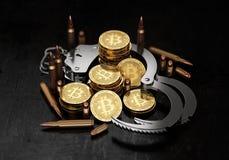Stapel van Bitcoin in open handcuffs en kogels Bitcoin als vorm van betaling voor onwettig goederen en diensten Stock Fotografie