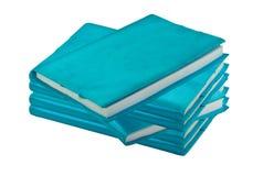 Stapel van blauw notitieboekje op wit Stock Foto's