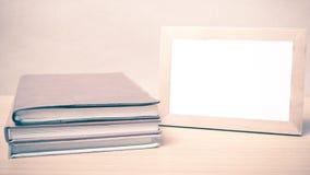 Stapel van boek en fotokader uitstekende stijl stock afbeelding