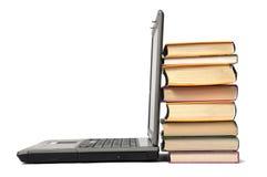 Stapel van boek en laptop Stock Fotografie