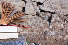 Stapel van boek en Open boek met harde kaftboek op de vage achtergrond van het aardlandschap Exemplaarruimte, terug naar stock foto
