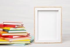 Stapel van boeken op de lijst Vrije tijd, lezing, studieconcept royalty-vrije stock afbeeldingen