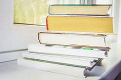 Stapel van boeken op vensterclose-up Stock Fotografie