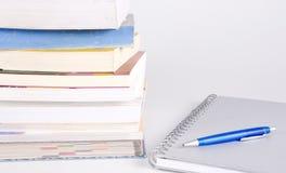 Stapel van boeken, pen en notitieboekje Royalty-vrije Stock Fotografie