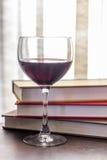 Stapel van Boekenglas Wijn royalty-vrije stock afbeelding
