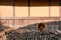 Stapel van Brandhout in Boso Geen Mura Openluchtmuseum, Chiba, Japan stock afbeelding