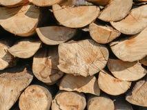 Stapel van brandhout die in een muur wordt gestapeld royalty-vrije stock afbeeldingen