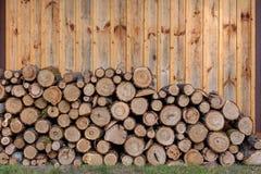 Stapel van brandhout die keurig in woodpile wordt gevouwen Het voorbereiden van brandstof op de winter voor de open haard stock foto's