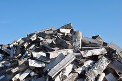 Stapel van Brandhout en Blauwe Hemel Stock Fotografie