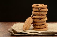 Stapel van Chocolade Chip Biscuits op Servet Royalty-vrije Stock Afbeelding