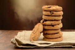 Stapel van Chocolade Chip Cookies op Servet Royalty-vrije Stock Fotografie