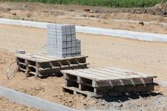 Stapel van concrete baksteen op pallet stock afbeeldingen