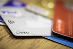 Stapel van creditcardsschuld, lening of aankoopconcept Royalty-vrije Stock Foto's