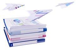 Stapel van de bindmiddelen van de bureauring met vliegende document vliegtuigen Royalty-vrije Stock Afbeelding