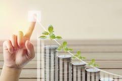 Stapel van van de geldmuntstukken en boom het groeien met vinger die pijl voor succes in bedrijfsachtergrond en exemplaarruimte r Stock Foto