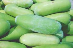Stapel van de wintermeloen in verse markt stock fotografie