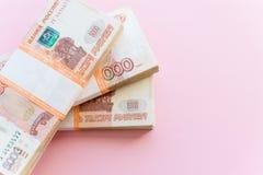 Stapel van 5000 die roebelspakken op roze worden ge?soleerd Het concept rijkdom, winsten, zaken en financi?n Stapelgeld in royalty-vrije stock foto