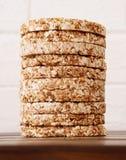 stapel van dieet rond, luchtig, kernachtig boekweitknäckebrood stock foto's