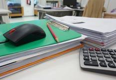 Stapel van document en kantoorbehoeften op bureau stock afbeelding