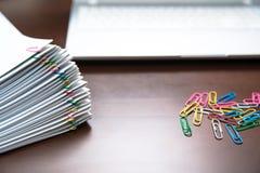 Stapel van document met kleurrijke klemmen stock foto