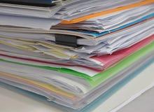 Stapel van document op bureau stock afbeeldingen