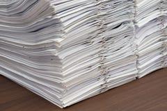 Stapel van documenten met klemmen op bureau royalty-vrije stock foto