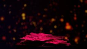 Stapel van dollars door roze licht, inkomens in nachtclub, vuil geld worden verlicht dat stock video