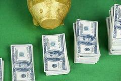 stapel van 100 dollarsnota's met spaarvarken Stock Foto