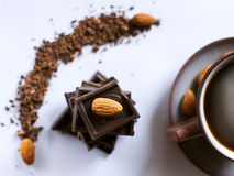 Stapel van donkere chocolade met een noot Stock Foto