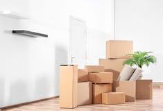 Stapel van dozen voor zich het bewegen stock afbeeldingen
