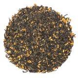 Stapel van droge groene die thee met osmanthus op witte backgroun wordt geïsoleerd royalty-vrije stock afbeeldingen