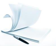 Stapel van een document en een pen Stock Afbeelding