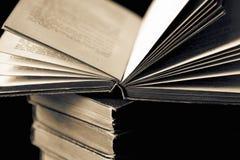 Stapel van een inzameling van oude die boeken op zwarte wordt geïsoleerd royalty-vrije stock afbeeldingen
