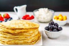 Stapel van enkel gemaakte hete Russische pannekoeken of blini met bessen Stock Foto's