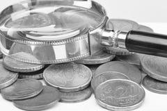 Stapel van euro muntstukken die op witte achtergrond worden ge?soleerd selectief nadruk zwart-wit beeld royalty-vrije stock afbeeldingen