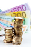Stapel van euro muntstukken op euro nota's Stock Afbeeldingen