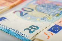 Stapel van 20 euro rekeningen stock foto's
