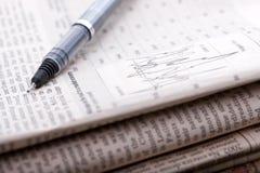 Stapel van financiële kranten stock foto