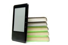Stapel van geïsoleerdee boeken en e-boek Stock Fotografie