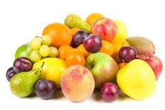 Stapel van geïsoleerdet vruchten Stock Foto's