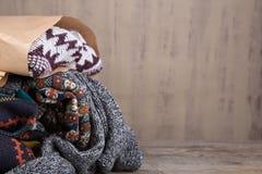 Stapel van gebreide de wintersweaters op houten achtergrond royalty-vrije stock afbeelding