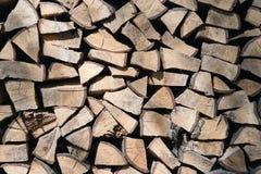 Stapel van gehakt brandhout dat op de winter wordt voorbereid royalty-vrije stock foto