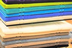 Stapel van gekleurde handdoeken op de planken Royalty-vrije Stock Foto