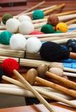 Stapel van gekleurde houten hamers en stokken Royalty-vrije Stock Foto's
