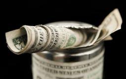 Stapel van geld in de tindoos. Stock Afbeelding