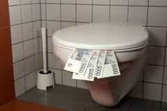 Stapel van geld in een toilet Stock Fotografie
