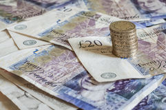 Stapel van geld en gestapelde gbp van muntstukken Britse pond Sterling Stock Foto